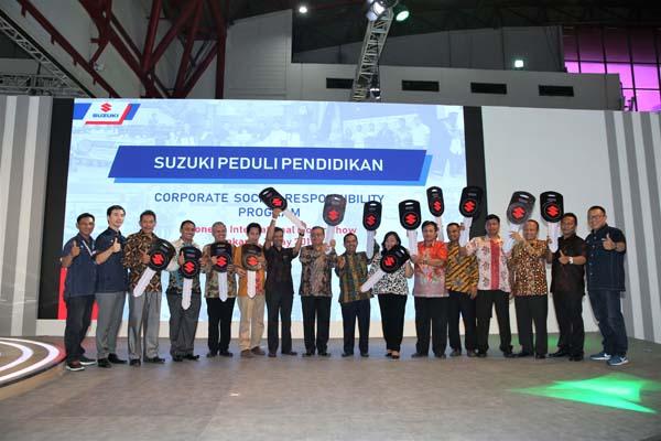 Suzuki Serahkan Unit Mobil ke SMK dan Universitas