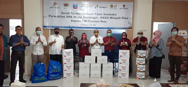 SKK Migas dan KKKS Serahkan Ratusan Paket Sembako ke PWI Riau