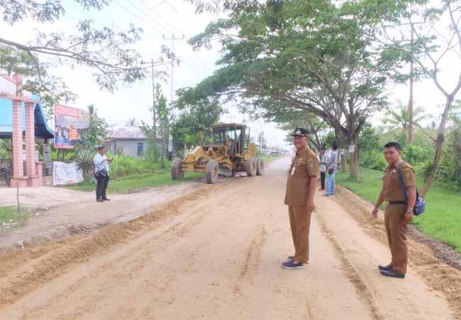 Syamsudin Uti Tinjau Ruas Jalan Sungai Beringin Tembilahan