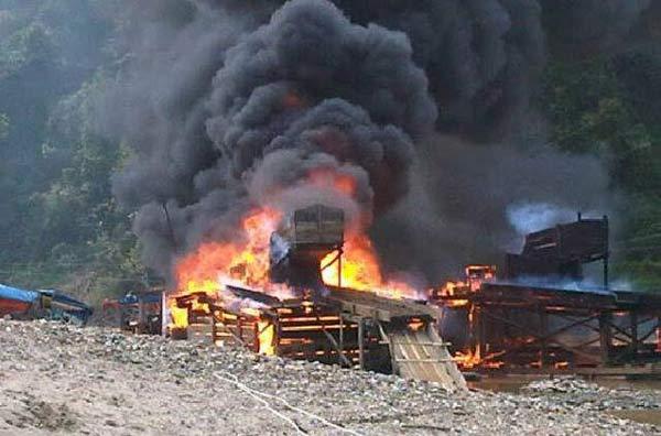 Polisi Bakar 28 Rakit Dompeng PETI di Muara Lembu Kuansing