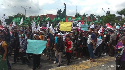 Ratusan Personil Polisi dan Satpol PP Siaga Antisipasi Kerusuhan Unjuk Rasa Di Kantor Gubernur Riau