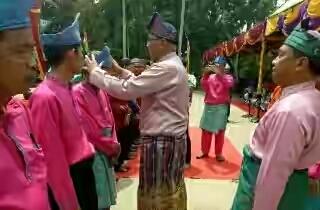 Pjs Bupati Inhil Temu Ramah dan Serahkan e-KTP Kepada Warga Desa Sungai Intan