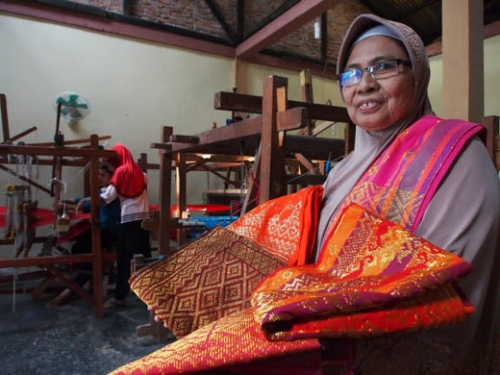 Wan Syamsinar; Mengangkat Marwah Negeri Lewat Tenun Songket Riau
