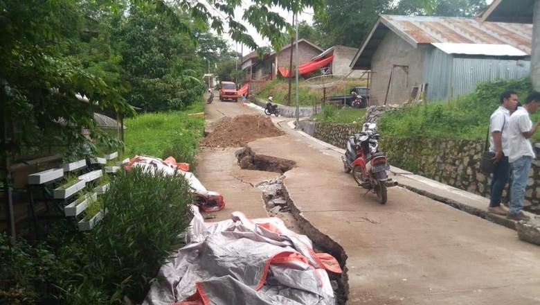 Tanah Bergerak di Sawahlunto: 16 Rumah Rusak, Jalan Retak 40 Meter