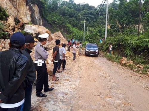 Alat berat Dikerahkan Singkirkan Batu Besar yang Tutupi Badan Jalan Penghubung Riau - Sumbar