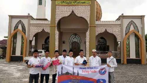 Pemuda Perindo Bagi-bagi Sandal Wudhu, Diska Resha: Berbuat dari Hal Kecil Dulu!
