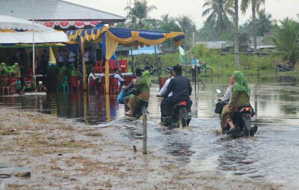 HM. Wardan Lantik Kades Tunggal Rahayu Jaya di Tengah Genangan Air