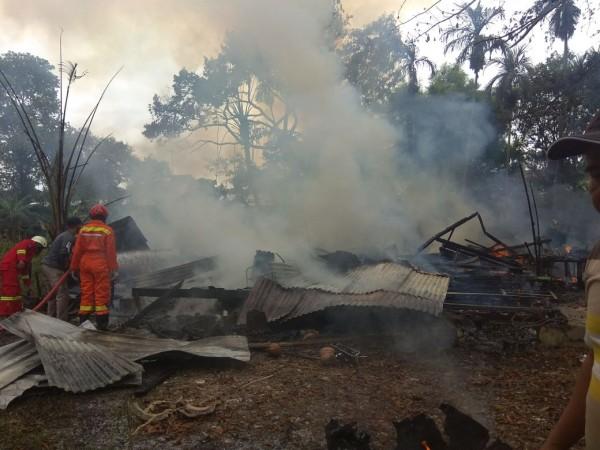 Satu Rumah Panggung di Pekanbaru Ludes Terbakar