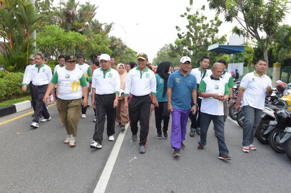 Gubri dan Kapolda Riau Ikuti Jalan Santai Ikatan Alumni Universitas Riau