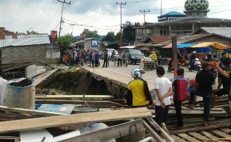 Jalan Parit 6 Terancam Putus karena Longsor, Komisi III DPRD Inhil Minta Pemkab Ambil Langkah Antisi