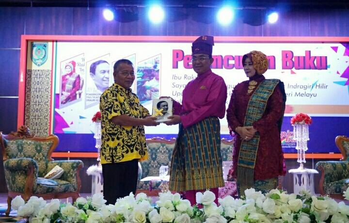 Buku Biografi Bupati Inhil dan Isteri Dilaunching