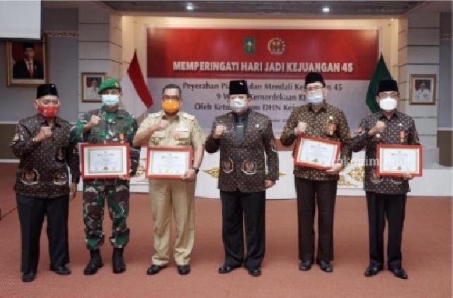 Bupati Inhil Terima Piagam dan Medali dari DHN