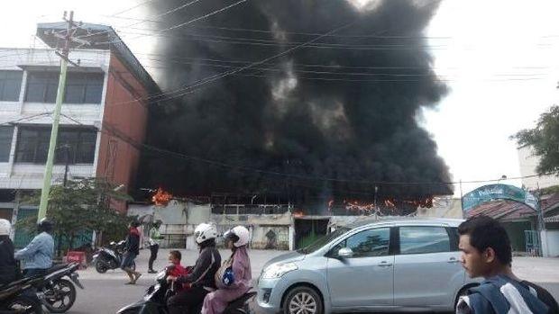 Restoran Pujasera Jalan Riau Terbakar