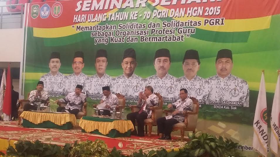 Ketua PGRI Riau dan Bupati Siak Nara Sumber Seminar Solidaritas PGRI