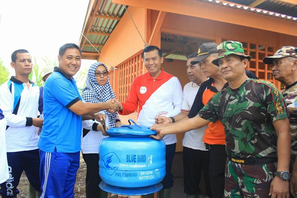 Blue Bird Bantu Kerja Bakti di Jalan Riau