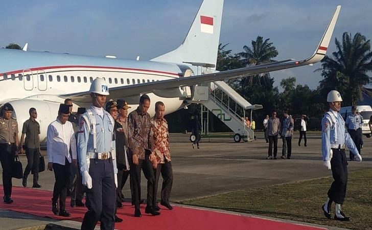 Disambut Gubri Syamsuar, Presiden Jokowi Mendarat di Pekanbaru