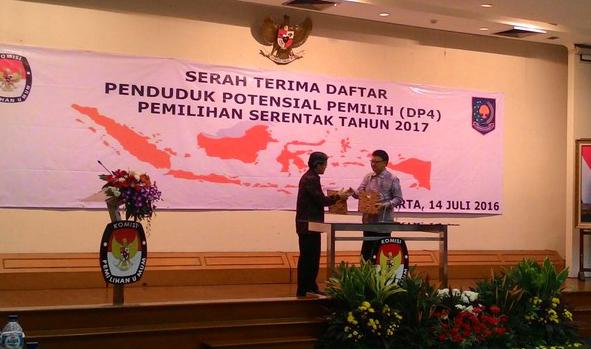 Jelang Pilkada Serentak, Mendagri Serahkan DP4 ke KPU