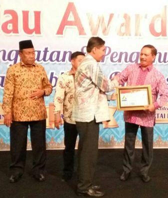 HM. Wardan Terima Penghargaan  KI Riau Award 2017