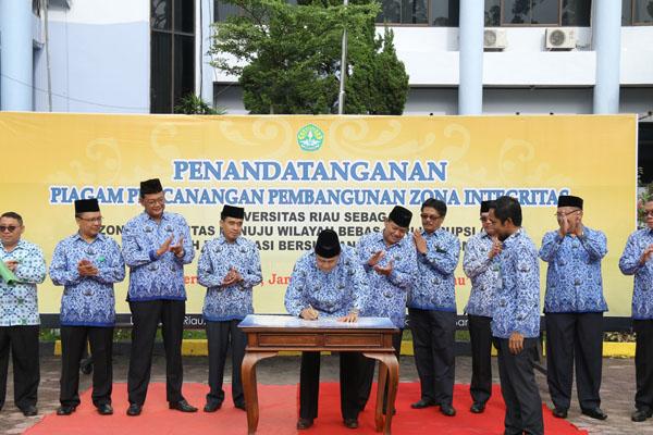 Rektor Unri Prof Dr Ir Aras Mulyadi DEA, tandatangani zona integritas bebas korupsi