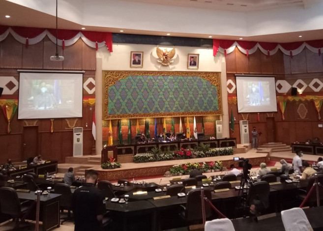 Rapat Paripurna DPRD Riau Diwarnai Hujan Interupsi