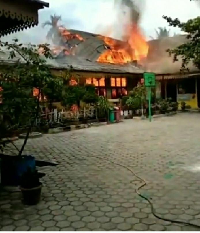 Kebakaran  Di SDN 118 Pekanbaru, 8 Bangunan Hangus