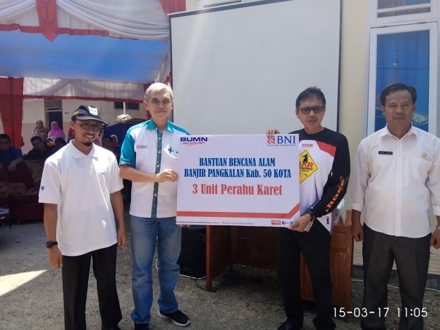 BNI Serahkan Bantuan 3 Perahu Karet Untuk Korban Bencana Banjir di Kabupaten Pelalawan