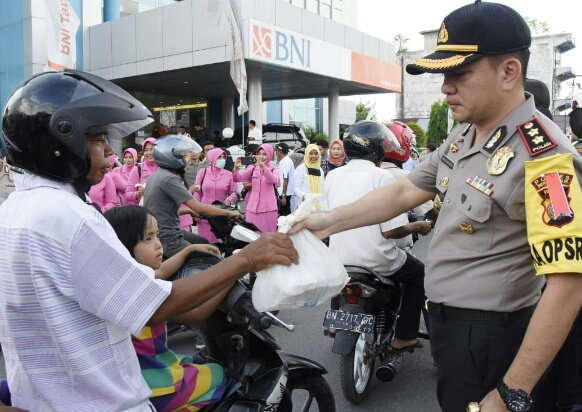 Kapolres Inhil Prakarsai Pembagian Takjil di Jalan Sudirman Tembilahan