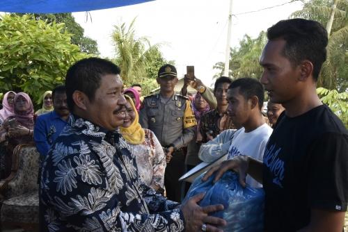 Bupati Amril Serahkan Bantuan Korban Kebakaran di Pinggir dan Talang Muandau