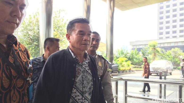 Berjaket Hitam, Bupati Bengkulu Selatan yang Kena OTT Tiba di KPK