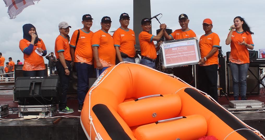 Penyerahan Bantuan 4 Buah Perahu Karet untuk Pemko Padang