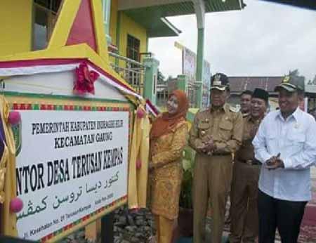 Bupati Wardan Resmikan Kantor Desa Terusan Kempas