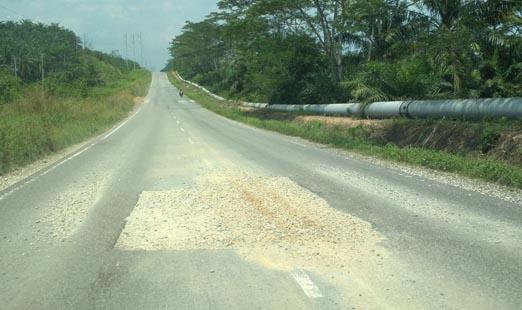 Jalan Provinsi Rusak di Siak Sekedar Ditambal Tanah Liat Campur Kerikil