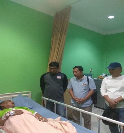 Komisioner KPU Riau Kompak Kunjungi Adrison KPPS 51 Yang Terkena Stroke