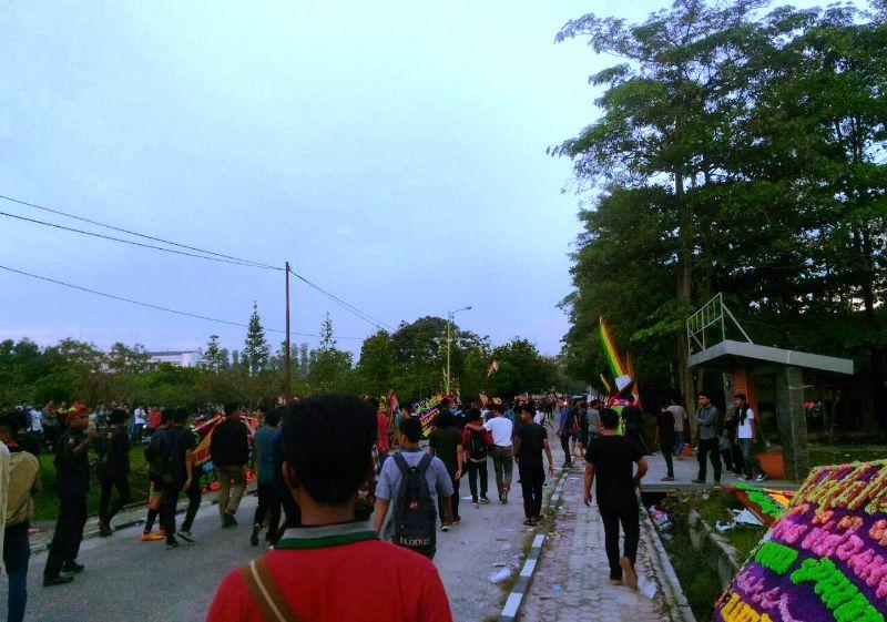 Dua Kelompok Mahasiswa Saling Bentrok saat Upacara Wisuda