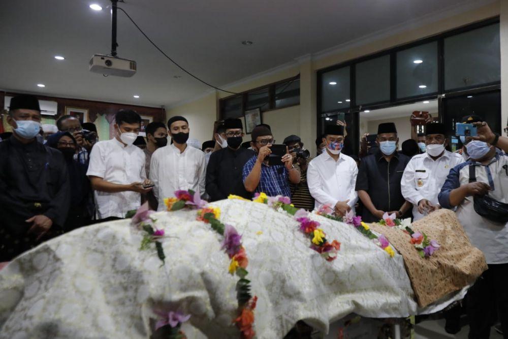 Jenazah Datuk Seri Al Azhar Disemayamkan di Balai Adat Sebelum Disholatkan