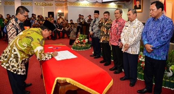 Bupati Inhil HM. Wardan Teken MoU Bersama Gubernur dan Kepala Daerah