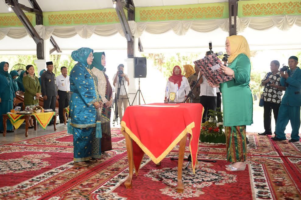 Istri Gubri Lantik Ketua Dekranasda Kota Pekanbaru dan Kab Kampar