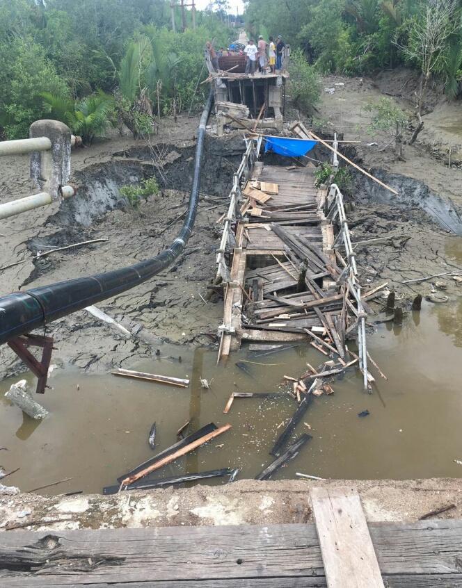Longsor, Jembatan Penghubung Kuala Enok dan Tanah Merah Amblas ke Sungai