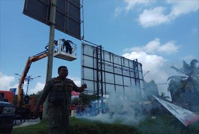 Sepanjang Jalan Sudirman Pekanbaru, 77 Tiang Reklame Tidak Berizin