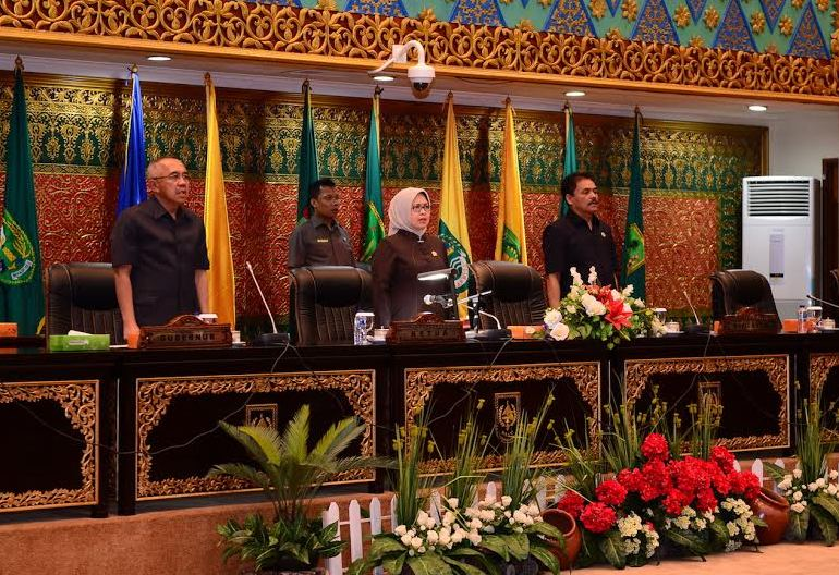 Gubri Hadiri Paripurna Raperda APBD Prov Riau TA 2017