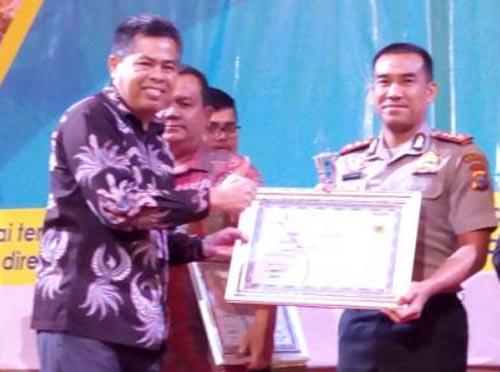 Kapolres Kampar Terima PWI Riau Award 2017