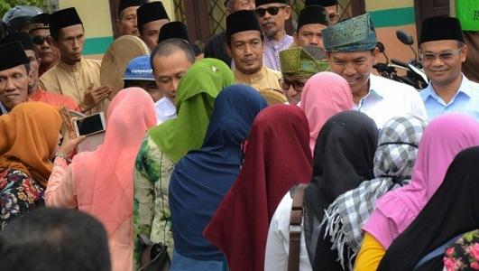 Firdaus - Rusli Bluskukan di Pasar Danau Bingkuan, Warga Panggil Firdaus Pak Gubernur