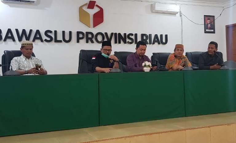 RUSIDI RUSDAN Sampaikan Kondisi Akses Jalan Menuju Kantor BAWASLU Riau yang Belum Di Aspal.