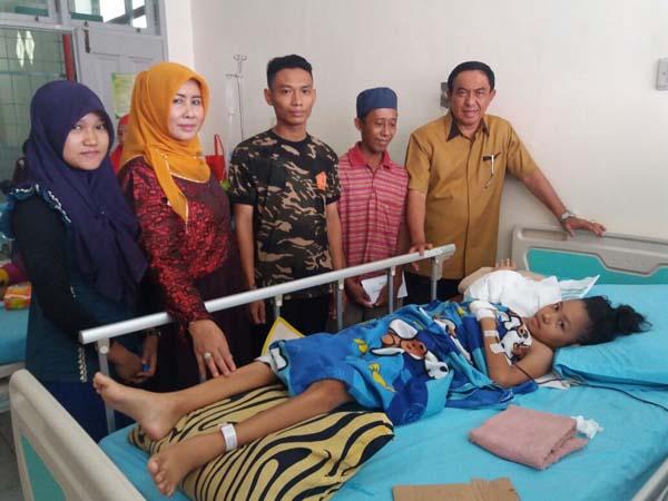 Bupati Inhil Beserta Istri Jenguk Annisah, Bocah 11 Tahun Penderita Tumor Ganas