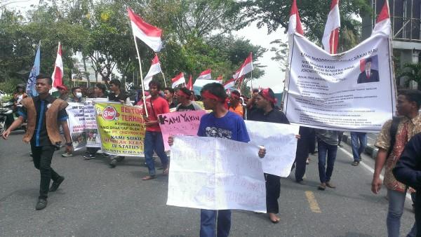 Pendemo Suku Sakai Jalan Kaki Menuju Kantor DPRD Riau