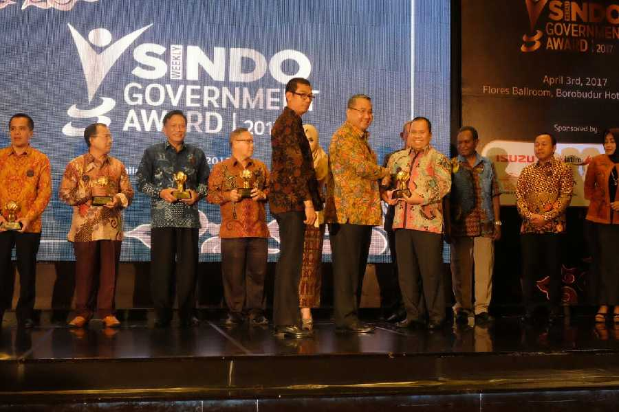 Bupati Kepulauan Meranti Terima Sindo Weekly Goverment Award 2017