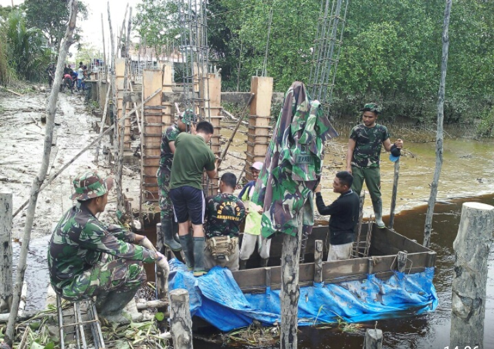 Satgas TMMD Kodim 0314 Inhil Bersama Warga Bangun Jembatan Beton Desa Nusantara Jaya Keritang