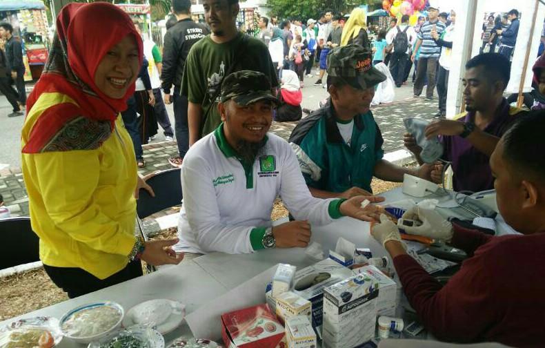 IKA UR dan Dinkes Riau Sosialisasikan Germas di Acara Jalan Santai