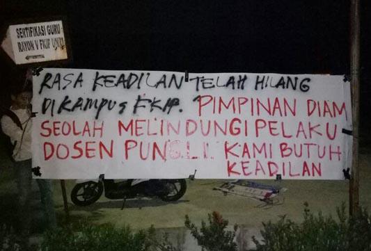 Dosen Diduga Pungli Kampus FKIP UR 'Dikepung' Spanduk Protes