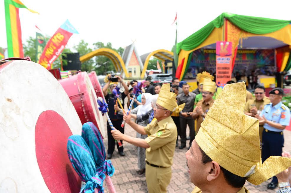 Gubri buka Bakti Sosial IBI KB/Kes Tingkat Prov Riau Tahun 2017
